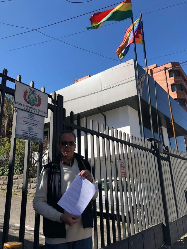 entrega de cuestionario TIDN Embajada de Bolivia-Ecuador